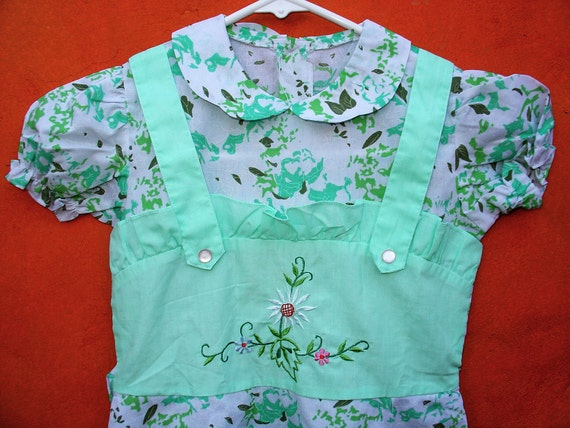 Vintage 50s Girls Green Floral Apron Pinafore STYLE Embroidered Summer Tea Party DRESS