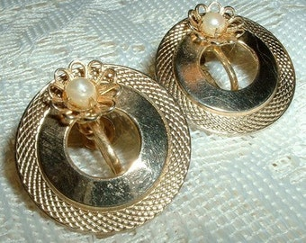 Vintage Gold Tone Pearl Circle Screw Back Earrings