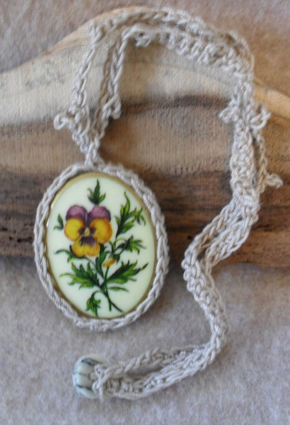 Vintage Cabochon Pendant Crochet Necklace with Yellow Flower