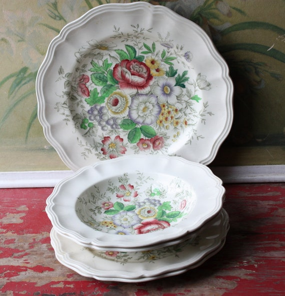 Five Pieces of Early English Royal Doulton Mix And Match Plates Malvern Pattern
