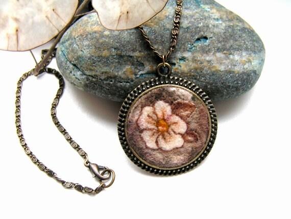 Felt Pendant Necklace Sepia beige