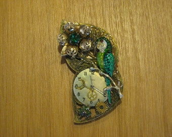 Steampunk pretty green parret pin