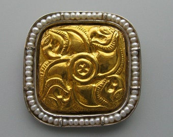 Griffins - broach of pure gold repoussee on silver with pearls