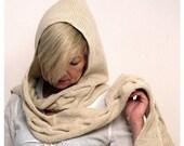 Braided earflap hat/ Hoodsarf. In beige.
