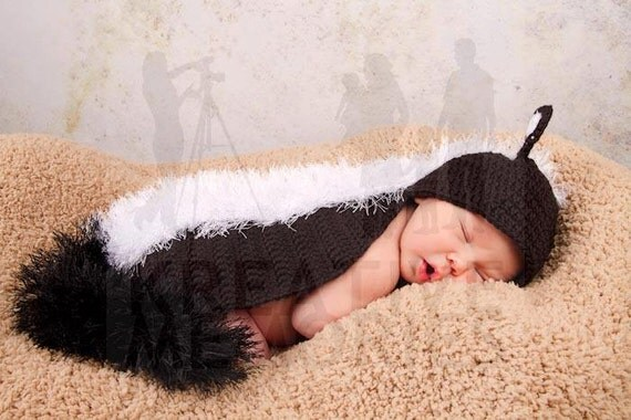 Crochet Newborn Skunk outfit - Hat and back cover set - Photo Props for baby or Baby Shower Gift, Halloween