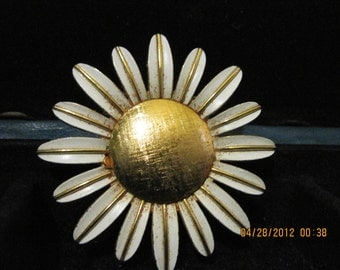 20% OFF SALE Vintage Daisy Pin Perfume Glace  1969  Avon         number 293