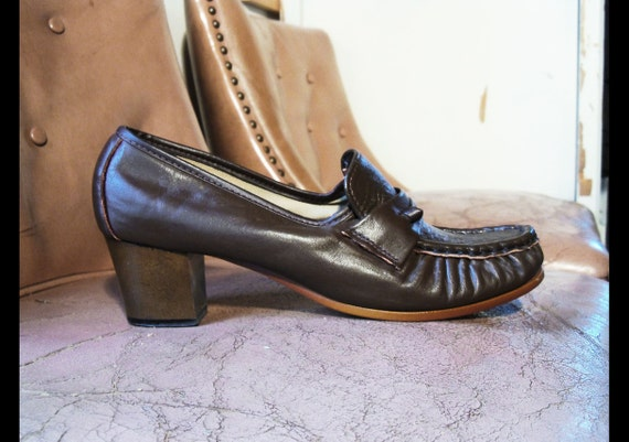 70s vtg LEATHER LOAFERS Brown Moccasin Pumps, Wooden Heel, Size 7.5