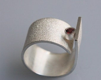 "Contemporary minimalist ring "" Q with garnet "" in sterling silver"