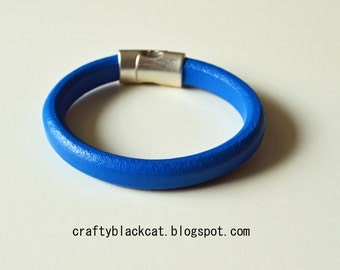 Leather bracelet in olympian blue colour with magnetic clasp.