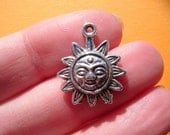 5 x CELESTIAL SUN Silvertone charm for your craft projects Tibetan Silver (FREE combined postage on all charms) Colgante Sol
