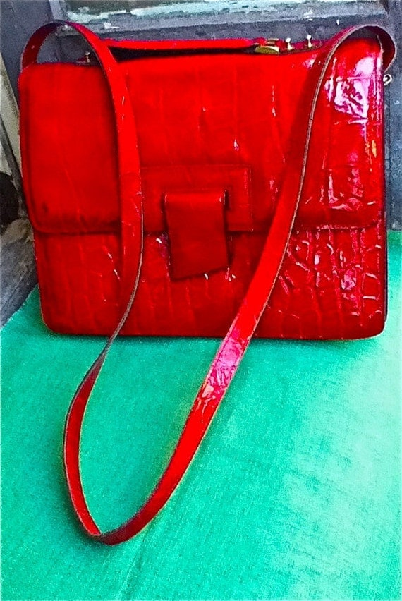 GReaT 1980's FiRe EnGinE ShinY ReD VInyl large envelope purse - adjustable and removable long shoulder strap and short briefcase handle