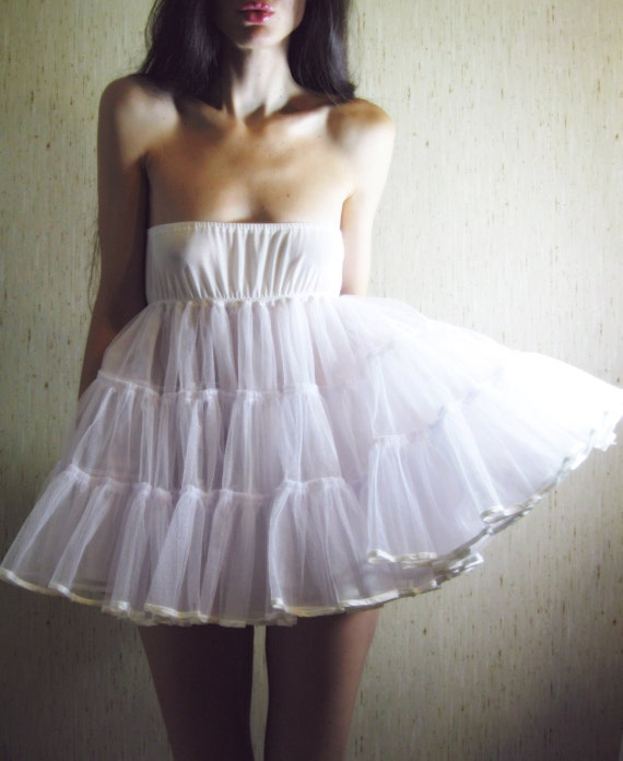longing - vintage 60s revived beautiful white tier dress
