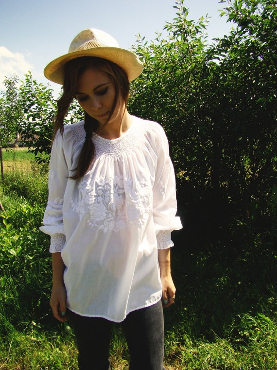 Vintage 70's White Peasant Tunic Embroidered Hungarian Matyo motifs blouse/top