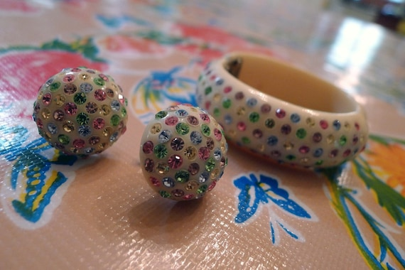 Lovely 1950s Cream and Pastel Confetti Thermoset Clamper Bracelet and Earrings Set