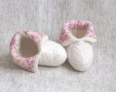 Baby white felt booties with pink flowers, merino wool baby booties, size 6-12 month. Gifts Under 25. Warm. Eco friendly.