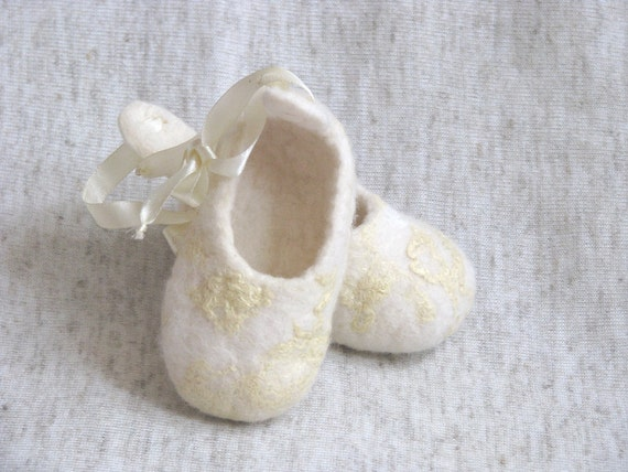 Baby white felt booties , merino wool baby booties, size 6-12 month. Gifts Under 25. Warm. Eco friendly.