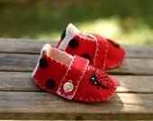 Ladybug Red, White and Black Felt Maryjane Baby Booties/ Scarpine in feltro con una coccinella in rossa, bianca e nera