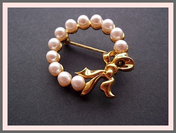 Vintage Pin Brooch: Audrey Hepburn, Lovely Sweet Pearl and Gilt Bow Pin Brooch
