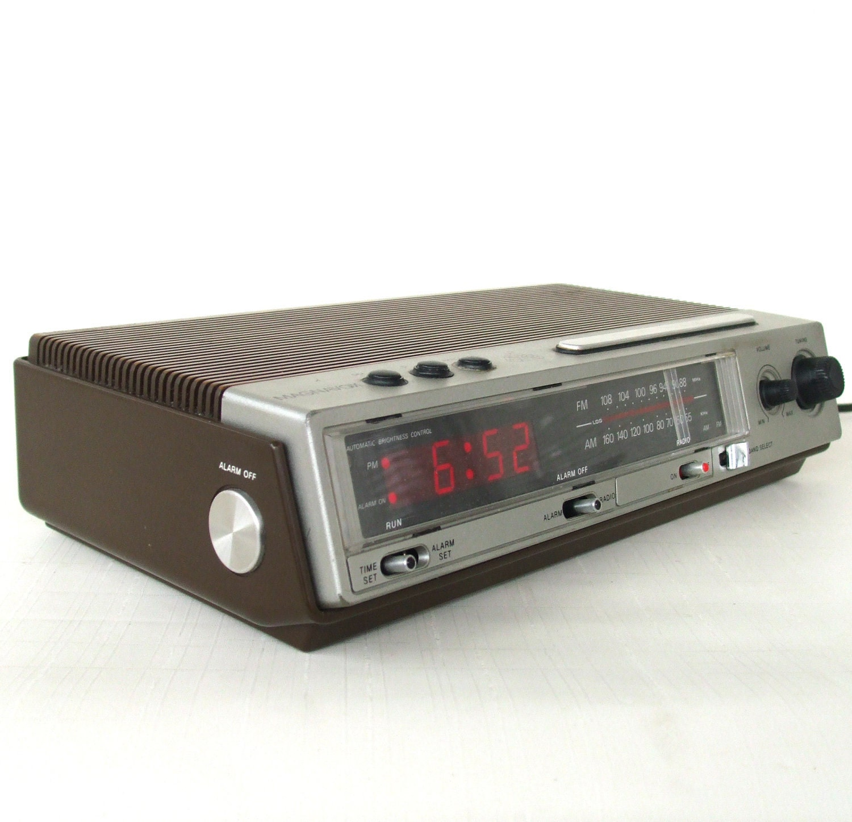 1980s Vintage Alarm Clock Radio Wood Grain Magnavox 479
