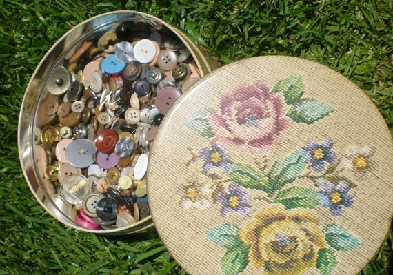 Vintage Button Huge Lot in Floral Storage Tin Over 550 Buttons