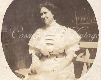 Id'd Vintage Photo - Woman (L. WILLIAMS) in Gorgeous Victorian White Dress, Pompadour Hair - cardboard mount, c. late 1800s-early 1900s