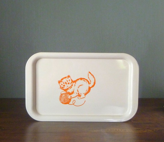 Vtg 40s / 50s Enameled Metal Pretty Kitty Ivory and Orange Sewing Fabric Swatch Tray. Innocent Kitten with Yarn. Meow. Purr.