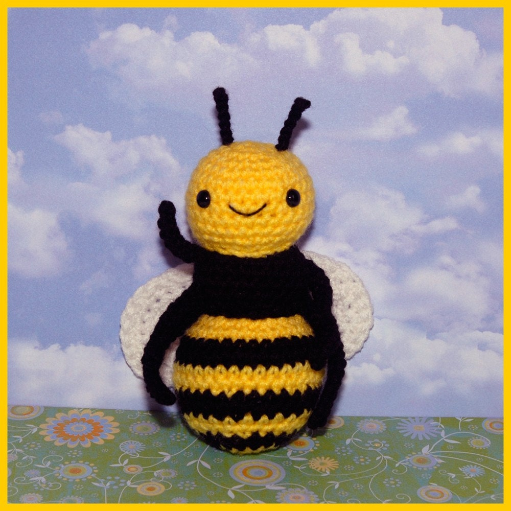Crochet Pattern: Amigurumi Buzzle Bee and BONUS FREE Picnic