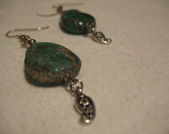 Green agate, metal and Japanese glass beads earrings.