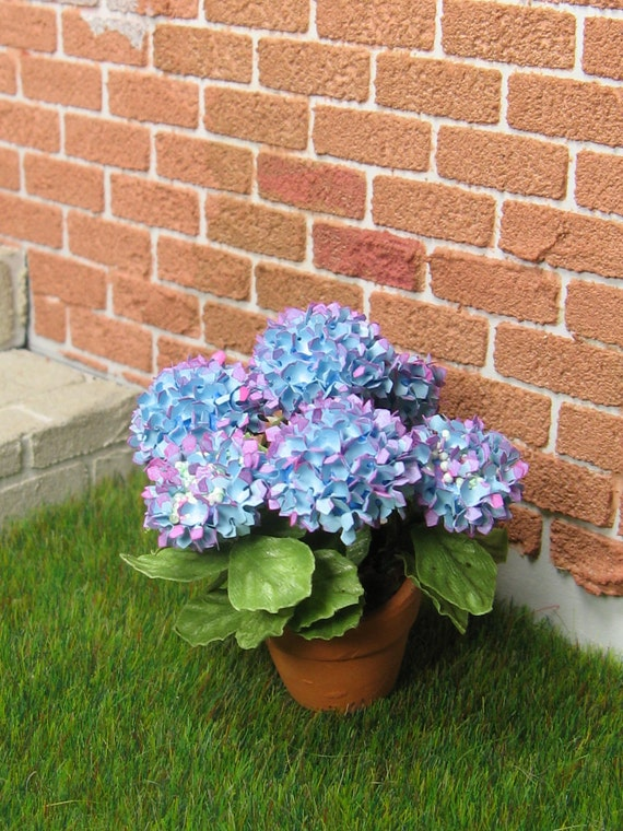 Hydrangea 5 in blue with a touch of lavender in 1:12 dollhouse
