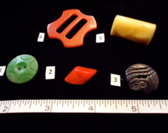 4 Bakelite buttons, 1buckle, scarf slide, mixed colors, shapes. Very nice collection. Priced for all,   LB11.5-17 & LB11.5-38.