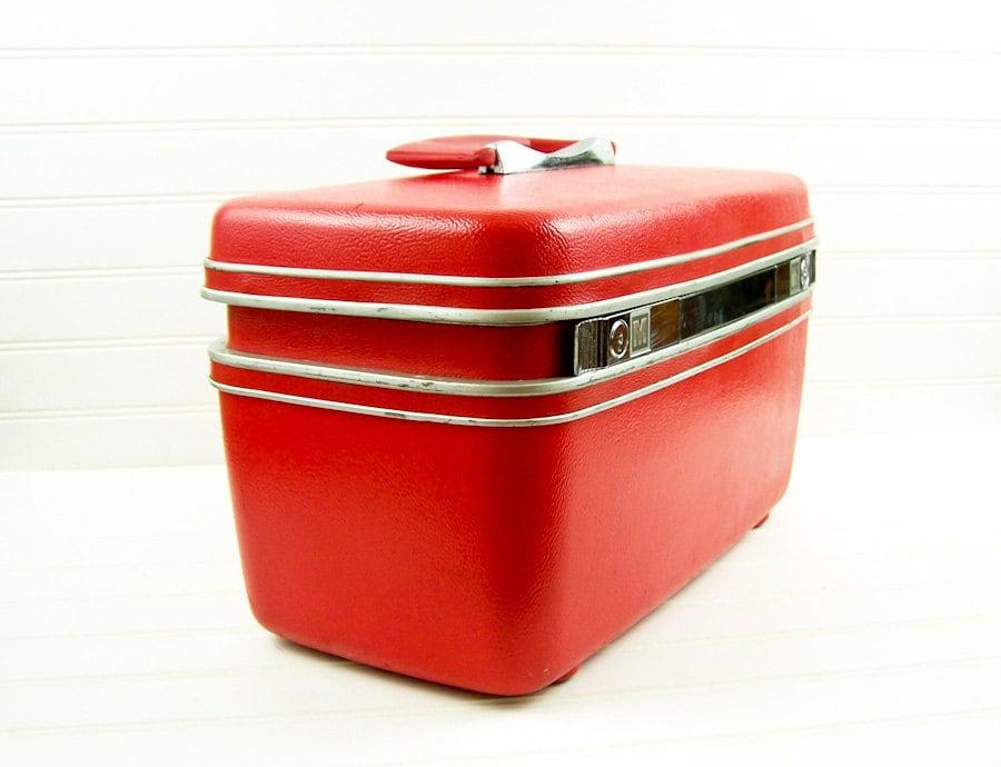 vintage train case red samsonite makeup case with key. Black Bedroom Furniture Sets. Home Design Ideas