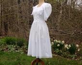 Gunne Sax White Eyelet Victorian Dress/ 1980s Prairie Dress/ Size Small