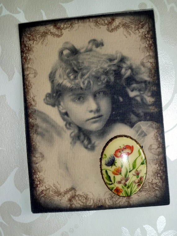 Vintage floral transfer resin brass scarf clip backed with a piddix design card