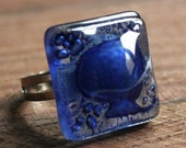 Blue fused glass ring with decorative bubbles - Adjustable size