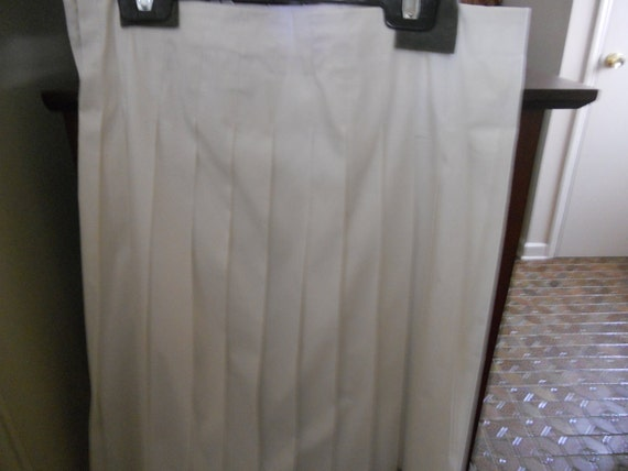 On SALE Womens Pleated  Classic White Skirt  Size 8