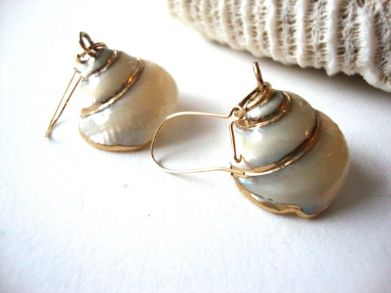 Vintage Seashell Earrings : Pearly Spirals vintage seashell dangle earrings