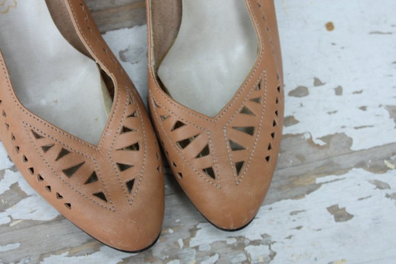 Vintage 1970's 80's Cobbies Tan Leather Pumps Heels with Cutouts Size 8