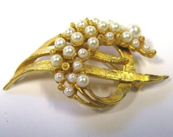 Vintage white faux pearl Brooch in gold tone, wear or repurpose