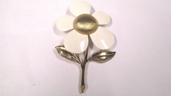 Vintage retro White enamel Daisy brooch gold tone signed Sarah Coventry wear or repurpose