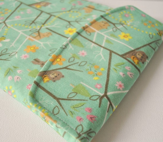 iPad 2 padded gadget pouch: Forest bear in green with flap.