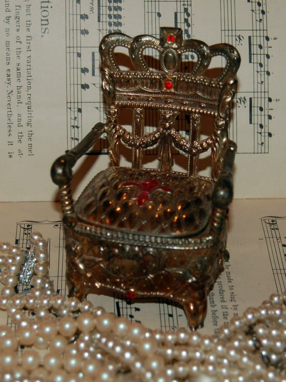 Fabulous Vintage Fleur De Lis Throne Trinket Box
