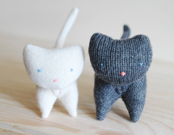 small charcoal wool kitten - petit chaton de laine gris charcoal