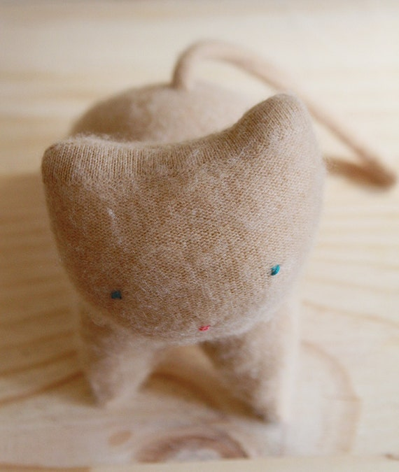 super soft upcycled caramel cashmere kitten - chaton de laine récupéré