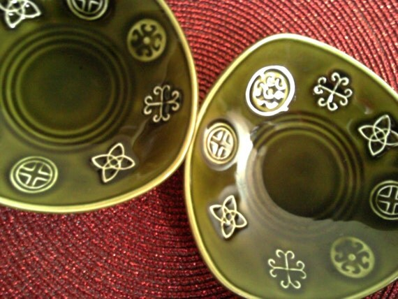 Retro Christmas ornaments. Party dishes, Celtic Christmas Design, by Lord Nelson Pottery.  Green triangular nibble holders!