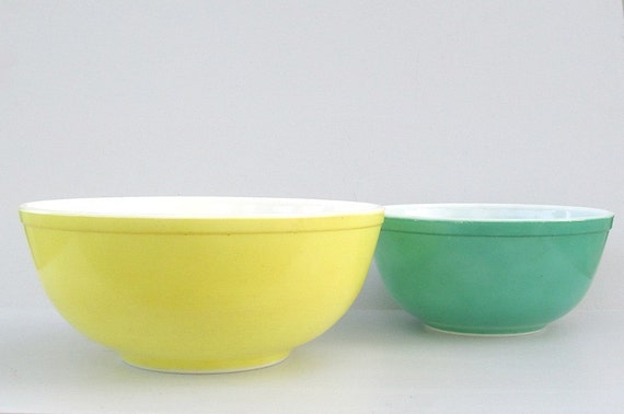 Pyrex Mixing Bowls Set of 2 Yellow 4 Qt and Green 2.5 Qt