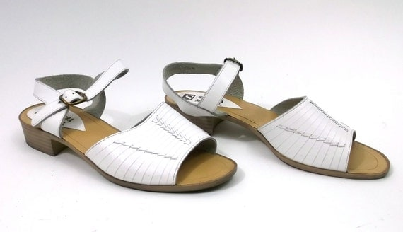 Leather Sandals // Salt water type // womens size 8 1/2 // white flats // shoes summer