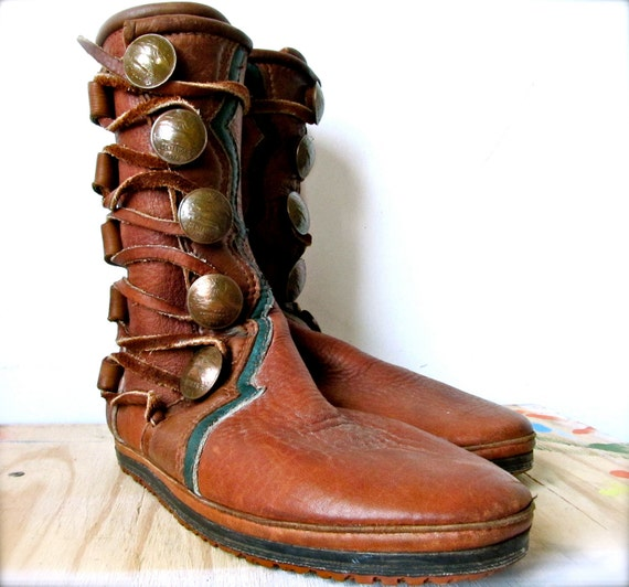 vintage leather lace up boots. size 7. seventies woodland.