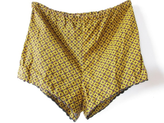 who wears short shorts. vintage printed hot pants. size small
