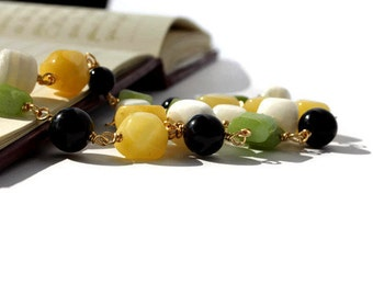 Beaded gemstone necklace made of jade and howlite in white, apple green, sunny yellow and black. Spring fashion.