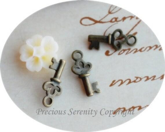 10 pcs Antique Brass Pendants Charms Findings Key Vintage style 11mm B175